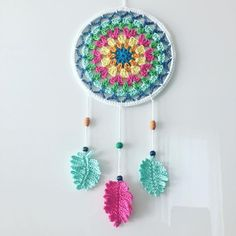 Dreamcatcher Granny Square Style - crocheted, designed by Paula Matos, Elealinda-Design Crochet Wall Art, Crochet Wall Hangings, Crochet Home, Crochet Gifts, Crochet Doilies, Crochet Yarn, Crochet Flowers, Crochet Stitches, Crochet Feather