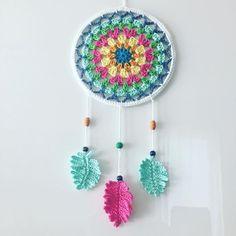Dreamcatcher Granny Square Style - crocheted, designed by Paula Matos, Elealinda-Design Crochet Bunny, Love Crochet, Crochet Gifts, Crochet Yarn, Crochet Mandala Pattern, Crochet Doilies, Crochet Flowers, Crochet Wall Art, Wind Chimes