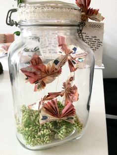 Money gift wedding butterflies in a jar from banknotes Wedding Crafts, Wedding Favors, Gift Wedding, Rustic Home Design, Butterfly Wedding, Terrarium, Diy And Crafts, Mason Jars, Glass Vase