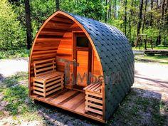 Den udend�rs have saunas oprindelse Det er sv�rt at s�tte en finger p�, hvorn�r ude sauna f�rst opstod, da videnskabsm�nd har fundet tegn p� s�danne bygninger, der daterer tusindvis af �r tilbage, p� n�sten alle verdens kontinenter. Men de moderne bygninger, vi nu kender som ude sauna til haven, kan tilskrives finl�nderne. De gjorde