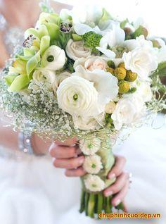 Hoa cưới cầm tay cho cô dâu đẹp rạng ngời trong ngày cưới
