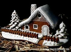 nice Cool Gingerbread Houses, Gingerbread House Designs, Gingerbread Village, Christmas Gingerbread House, Gingerbread Cookies, Christmas Food Treats, Snowman Christmas Decorations, Christmas Cookies, Ginger Bread House Diy