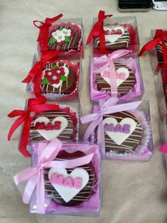 Pão de mel dia das mães.  Acompanha caixa de acetato e fita.  Pedido mínimo 10 unidades. Brownie Packaging, Baking Packaging, Cake Packaging, Chocolate Pack, I Love Chocolate, Chocolate Gifts, Chocolate Covered Treats, Chocolate Dipped, Valentine Cookies
