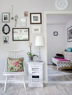 Olohuoneesta aukeaa näkymä työhuoneeseen. Vaaleanharmaa seinä on yksi harvoista pinnoista, jotka jäivät remontissa ennalleen. Valkoisen Mademoiselle-tuolin Sanna pelastaisi vaikka palavasta talosta, sillä niin hurjan työn hän teki etsiessään sopuhintaista tuolia.