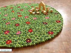 Teppich aus hunderten Filzkugeln mit Blumen 120 cm von eigengut auf DaWanda.com