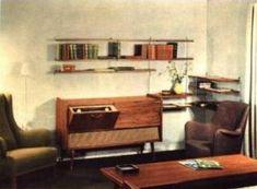 LOEWE OPTA Werbung 1959 Kleine Regale für Bücher und Stehrümchen wie z.B. von STRING waren sehr beliebt über lange Zeit. Die kleinen Nischenfüller fanden auch über die beliebten Musiktruhen mit Röhrenradio Platz. Radios waren noch in den 50er Jahren der Mittelpunkt des Wohnzimmers, um die die Ohrensessel gestellt wurden.