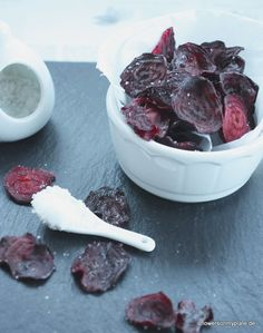 Rote Bete Chips_flowers on my plate Healthy Snacks For Kids, Healthy Life, Healthy Recipes, Fruit Snacks, Keto Snacks, Veggie Chips, Dehydrated Food, Slow Food, Afternoon Snacks