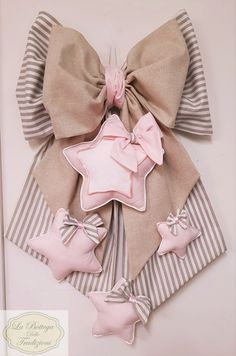 icu ~ Hacer corazones de tela by katheryn Bonbonniere Ideas, Baby Boy Wreath, Sewing Crafts, Sewing Projects, Zardozi Embroidery, Baby Mobile, Knit Pillow, Baby Room Decor, How To Make Bows