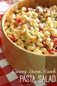 Creamy Bacon Ranch Pasta Salad - (but I would omit tomatoes & use black olives or green & black olives instead - & maybe pepperoni?))This is the perfect side dish for BBQs or potlucks. It's macaroni salad kicked up a notch! Bacon Ranch Pasta Salad, Easy Pasta Salad, Macaroni Salad, Pasta Salad Recipes, Suddenly Salad Bacon Ranch Recipe, Bacon Pasta, Salada Light, Food For A Crowd, Summer Salads