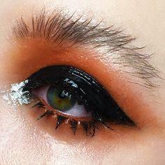 @sanyababygirl on Instagram. Glossy lids black / orange makeup