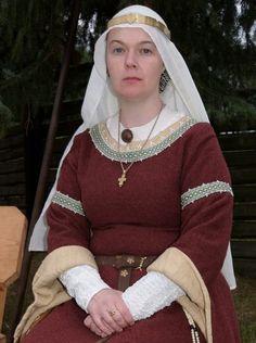 Unverheiratete Adelige, Roter, gefütterter, roter Bliaut mit Borten verziert, Schleier und Schapel