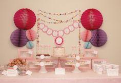 Un festivo fondo con bolas de nido de abeja / A festive backdrop with honeycomb balls