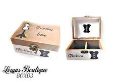 Boîte à Bijoux Corsé Féminine Cette boîte à bijoux est idéale pour ranger vos bijoux et décorer vôtre espace grâce à ces dessins de buste et de corsé. Mettez en avant vôtre féminité.    PAS D'ENVOI A L'INTERNATIONAL.   Dimensions: 14.5 cm x 11 cm Hauteur: 6,5 cm
