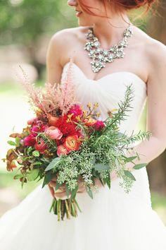 Ramo de novia rosa y fucsia con ranñunculos, astilbe, anigozantos y verdes :: Wild pink and red wedding bouquet