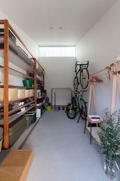 収納空間 Japanese Interior Design, Bicycle Storage, Garage Interior, Natural Interior, House Entrance, Japanese House, Architect Design, Cool Rooms, Building Design