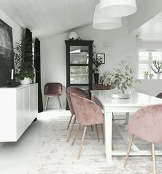 2 Colours for a Luxury Dining Room But how to apply color to your living room? Today we will cover the 2 most contrasting colours to décor your Luxury Dining Room with: white and black. Luxury Dining Room, Dining Room Lighting, Dining Room Design, Dining Room Chairs, Dining Room Furniture, Dining Rooms, Kitchen Dining, Dining Table, Velvet Furniture