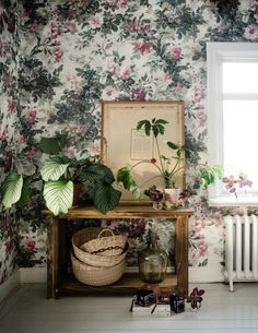 Oversized floral print and links to 5 beautiful wallpapers Print Wallpaper, Home Wallpaper, Botanical Wallpaper, Home Interior, Interior Decorating, Interior Design, Tropical, Home Decor Trends, Diy Home Decor