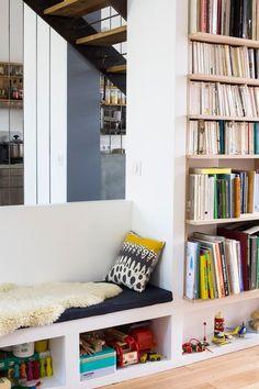 Bibliothèque et rangements s'organisent autour de l'escalier de la maison - Plus de photos sur Côté Maison http://petitlien.fr/79ut
