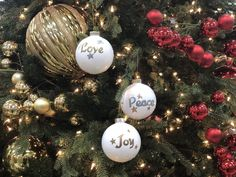 How to Make Hand Lettered Christmas Ornaments - Arts & Crafts Ideas Free Letter Stencils, Lettering Design, Hand Lettering, Christmas Bulbs, Christmas Crafts, Rapid Resizer, Projects To Try, Arts And Crafts, Wood Burning