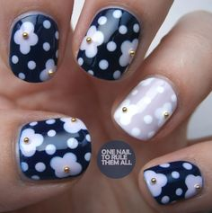 Three colors colours nail art: nude, white and navy blue floral polka dot design #nailart #clubedoesmalte