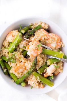 Quinoa mit grünem Spargel und Garnelen. Dieses 7-Zutaten Rezept ist schnell und super einfach - Kochkarussell.com