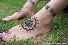 Mehendi/Henna designs Collection: like the design around the ankles as a tangle pattern