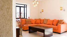 Sofá de color naranja en salón