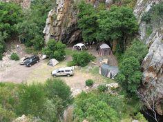 Daar is 'n pragtige kampplek, 'n plaashuis, 2 kothuise, 'n boskamp en 'n tenvolle toegeruste karavaan. South African Holidays, Weekends Away, Campsite, Weekend Getaways, Hiking, Zimbabwe, Outdoor Cooking, Road Trips, Travelling