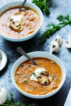 신선한 딜이 들어간이 헝가리 버섯 스프는 연기가 자욱하고 우마미 맛이 좋은 크림입니다.  이 겨울에 데우기에 완벽한 수프 그릇!  |  platingsandpairings.com