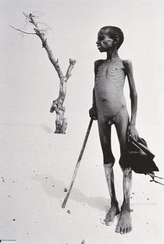 """""""Sahel: The End of the Road"""" - war & worst drought recorded in history killed 1 million people in the Sahel region of Chad, Ethiopia, Mali, and Sudan, Africa - Sebastião Salgado Documentary Photographers, Famous Photographers, Street Photography, Art Photography, Edward Weston, Religion, Photo B, We Are The World, Photojournalism"""