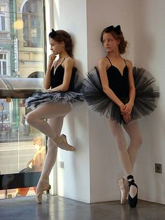 dancers ballerinas on pointe