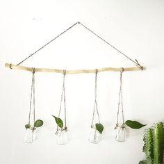 N I E U W // Leuk voor aan de muur! Deze kleine hangende vaasjes! Shop ze online: www.moonloft.nl Prijs: 14.99 by moonloft