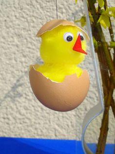 Küken in EierschaleWenn Dir einmal ein Ei entzwei geht, kannst Du trotzdem noch die Eihälften weiterverwenden.Du brauchst dazu: Eierschale, 2 gelbe Pompons oder gelbe Watte oder Märchenwolle, Kleber,...
