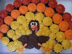 Cupcakes create a turkey cake Holiday Cakes, Holiday Desserts, Holiday Treats, Holiday Fun, Sweet Desserts, Pull Apart Cupcake Cake, Pull Apart Cake, Cupcake Cakes, Cupcake Ideas