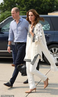 Prince William and Kate Middleton leave Lahore Prince William And Catherine, William Kate, Prince Harry And Meghan, Prins William, Duke And Duchess, Duchess Of Cambridge, Kate Middleton Stil, Monochrome Outfit, Royal Fashion