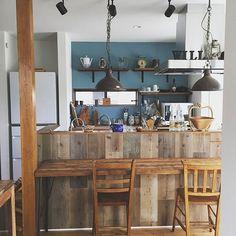 キッチンカウンター,足場板,WOODPRO,DIY,板壁,ブルーグレーの壁,カウンターテーブル,古材,ランタン,チャーチチェア,Kitchen picnikawillの部屋