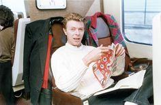 Lendo uma cópia do Viz no trem em 1990.