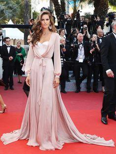 cannes Victoria's Secret-Model Izabel Goulart in einem rosa Kleid mit verziertem Korsett und einer langen Schleppe.