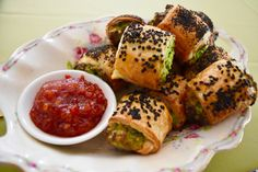 Spinach and cheese are the perfect pair. Add pastry and you can't really go wrong! This recipe is so quick to make and can be frozen prior to cooking, making it perfect to prep in advance for… Savory Snacks, Healthy Treats, Healthy Eating, Belini Recipe, Savoury Slice, Cheese Rolling, Sausage Rolls, Spinach And Cheese, Appetisers