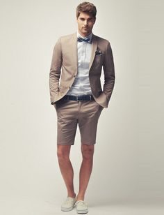 Noivo de bermuda: Combine uma bermuda de alfaiataria com um blazer e sapatos, loafers ou mocasins para um look super estiloso para seu casamento.