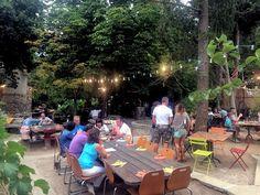 Libertalia Bistro Tropical, Patrimonio. Naast de prachtige oude brouwerij een heerlijke tuin met perfect eten.
