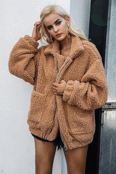 La veste en moumoute en fausse laine de mouton. la veste tendance pour  femme. b43902a96095