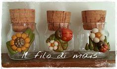 Il filo di mais e Creazioni Gloria: Vasetti portaspezie decorati pasta di mais - riciclo Clay Jar, Cold Porcelain, Bottle Art, Clay Projects, Biscuits, Decoupage, Diy And Crafts, Polymer Clay, Xmas