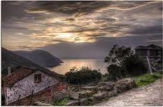 """Galicia, en la provincia de A Coruña, a 12 km. de Cedeira, en la ladera occidental de la sierra A Capelada, se encuentra una pequeña población y el santuario de San Andrés de Teixido, conocido como la """"Meca"""" de los gallegos.      La leyenda dice:  SAN ANDRES DE TEIXIDO  """"A San Andrés de Teixido vai de morto o que non foi de vivo""""....."""