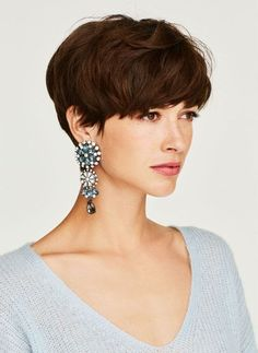 La coupe boule sous toutes ses formes ! Undercut Hairstyles, Pixie Hairstyles, Cool Hairstyles, Wavy Pixie Haircut, Short Grey Hair, Short Hair Cuts, Crop Hair, Grunge Hair, Great Hair
