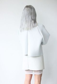 Ivania Carpio | Love Aesthetics  VOOR: Ivania is een blogger die haar hele leven heen bouwt om het minimalisme. Ze denkt heel goed na over materialen en vorm. Zoals deze foto goed illustreert. Je zou jezelf bijna de vraag kunnen stellen: hoe verhoud de kleding zich tot het lichaam?