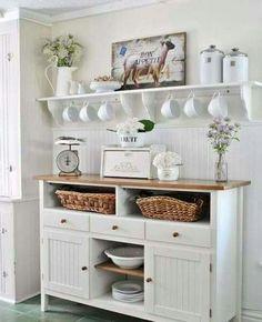 In der Küche, die Tassen aufhängen
