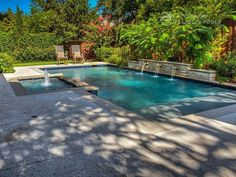 Riverbend Sandler Pools offers Geometric Pool Designs Dallas, Frisco and surrounding areas that homeowners can be proud of. Backyard Pool Designs, Swimming Pools Backyard, Swimming Pool Designs, Backyard Patio, Pool Landscaping Plants, Pool Water Features, Small Pool Design, Pool Builders, Dream Pools