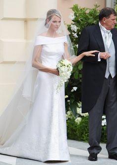 Pin for Later: Ça Porte Quoi une Princesse Pour Son Mariage? Charlene, Princesse de Monaco, 2011 Charlene Wittstock a épousé le Prince Albert dans une robe signée Giorgio Armani.