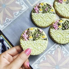 Daisy Mae Vegan Sugar Cookies  #nutmegandhoneybee #baking #bake #sugarcookies #cookies #vegan #dessert #treats #veganbaking #foodart #decorate #diy #handmade #homemade #florals